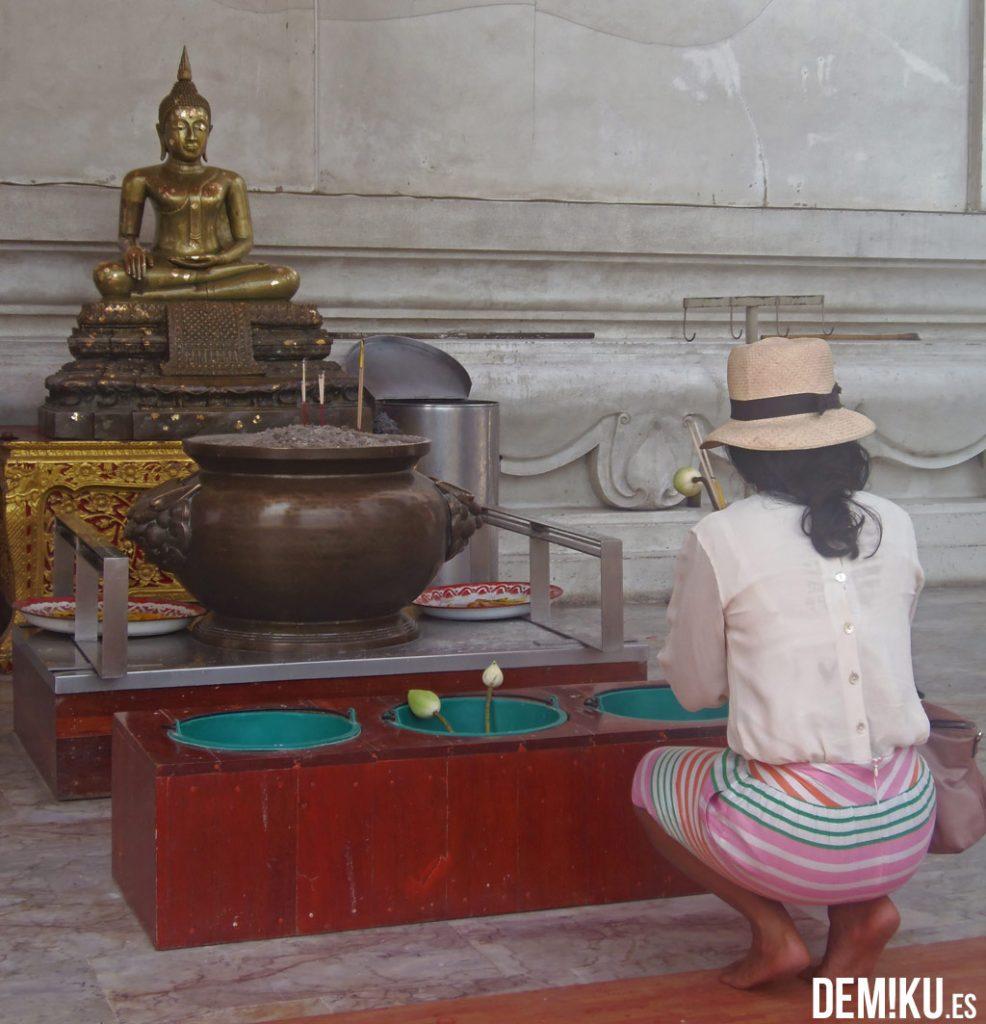 Ofrenda en Wihaan Phra Mongkhon Bophit