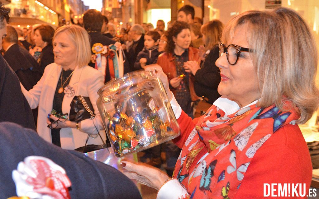 Una mujer ofrece bombones a la Rondalla Club de Campo. Noche de las Pepitas.