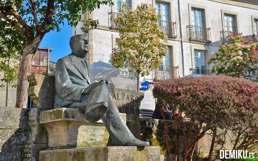 Estatua de Alvaro Cunqueiro mirando a la Catedral