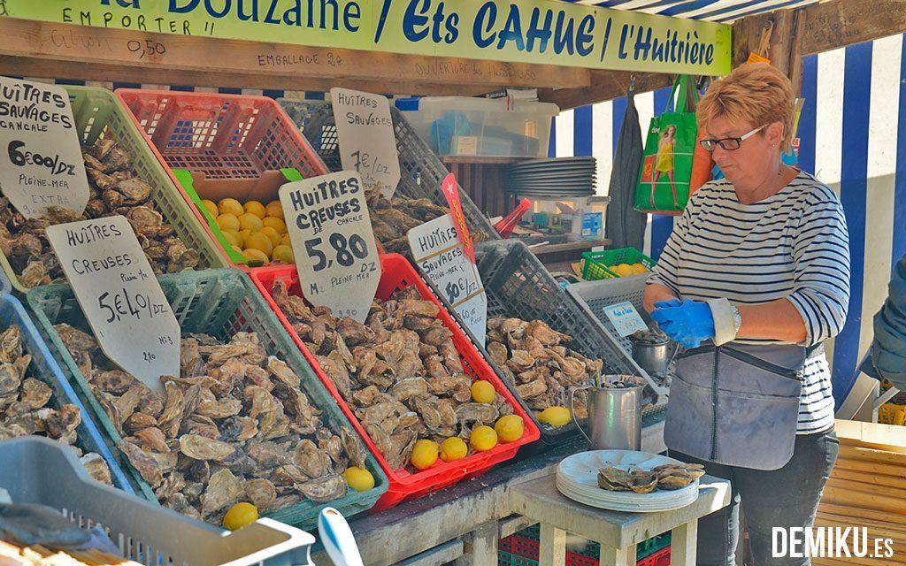 Puesto de ostras en el puerto de Cancale