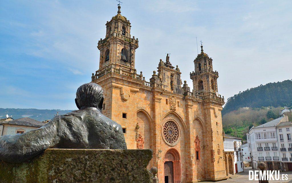 Álvaro Cunqueiro observando la Catedral de Mondoñedo
