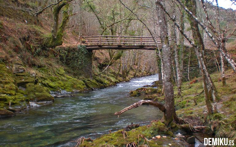 Puente sobre río vilanova en Caraduxe. Ruta de senderismo A Mina de As Talladas.