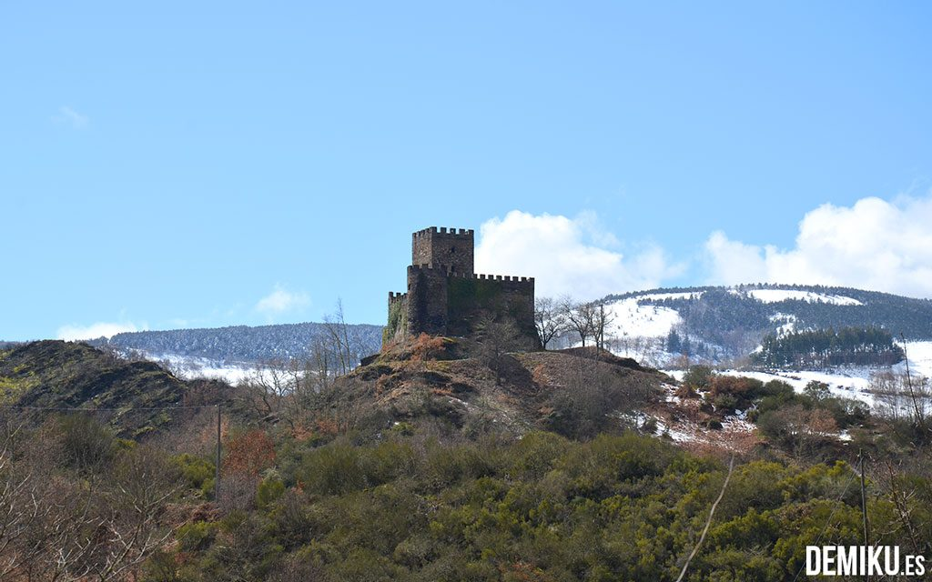 Castillo de Doiras con la nieve al fondo